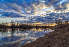 Paysage de ressort, flaque sur la rivière Photos stock