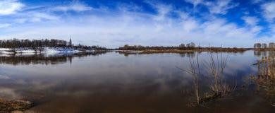 Paysage de ressort, hautes eaux sur la rivière Photographie stock libre de droits