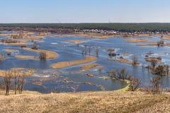 Paysage de ressort - inondez en River Valley du Siverskyi Seversky Donets, la rivière d'enroulement au-dessus des prés entre les  image stock