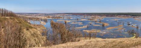 Paysage de ressort, panorama, bannière - inondez en River Valley image stock