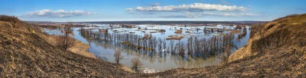Paysage de ressort, panorama, bannière - inondez en River Valley du Siverskyi Seversky Donets, la rivière d'enroulement au-dessus photo stock