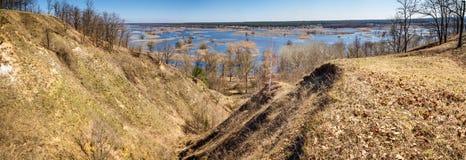 Paysage de ressort, panorama, bannière - inondez en River Valley du Siverskyi Seversky Donets, la rivière d'enroulement au-dessus images libres de droits