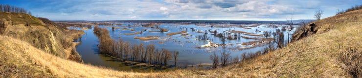 Paysage de ressort, panorama, bannière - inondez en River Valley du Siverskyi Seversky Donets, la rivière d'enroulement au-dessus photo libre de droits