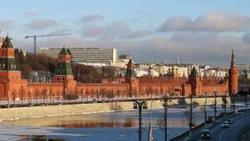 Paysage de rivière avec les tours de Moscou Kremlin Photographie stock libre de droits