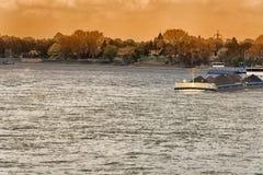 Paysage de rivière du Rhin à l'arrière-plan le bri d'aéroport Images stock