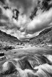 Paysage de rivière en Drakensberg avec les nuages et la montagne dramatiques photographie stock libre de droits