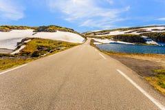 Paysage de route en montagnes norvégiennes de colline photos libres de droits