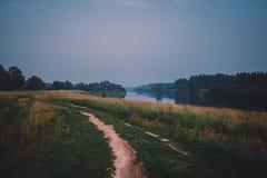 Paysage de route de rivière d'été Vue de route de rivière de pays Scène rurale de route de rivière Route rurale de rivière d'été image libre de droits