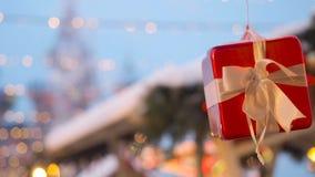 Paysage de rue de nouvelle année et de Noël de la ville européenne Le boîte-cadeau décoratif attaché avec un ruban blanc de satin banque de vidéos