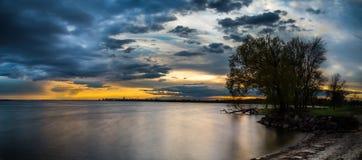 Paysage de soirée au lac Photographie stock