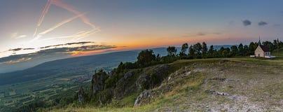 Paysage de soirée de la colline célèbre Walberla avec la chapelle de Walpurgis au suisse franconien en Bavière en Allemagne du su Photographie stock
