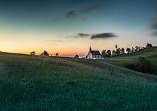 Paysage de soirée de la colline célèbre Walberla avec la chapelle de Walpurgis au suisse franconien en Bavière en Allemagne du su Photographie stock libre de droits