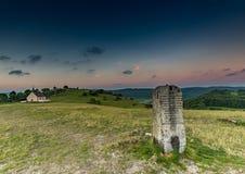 Paysage de soirée et une pierre de mille sur la colline célèbre Walberla au suisse franconien en Bavière en Allemagne du sud Photos libres de droits