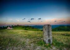 Paysage de soirée et une pierre de mille sur la colline célèbre Walberla au suisse franconien en Bavière en Allemagne du sud Image libre de droits