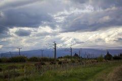 Paysage de stupéfaction Nouvelle-Zélande avec le volcan couvert dans la neige et un ciel dramatique nuageux photo stock