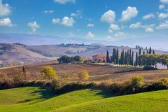 Paysage de Sunny Day Tuscany avec de belles collines Photos stock