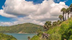 Paysage de Timelapse avec des arbres, des îles et le ciel bleu avec des nuages à Phuket, Thaïlande banque de vidéos