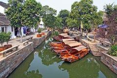 Paysage de Tongli Watertown avec les bateaux traditionnels et le vieux hou Photos stock