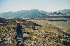Paysage de touristes de montagne de photographies de fille Selfies dans les montagnes d'Altai Région de Chui, Altai Vallée Chuya images libres de droits