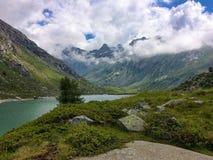 Paysage de vallée d'adamello en été avec un lac Images stock