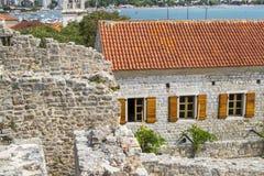 Paysage de vieille ville Budva : Murs antiques et toit carrelé rouge Monténégro, l'Europe photographie stock
