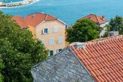 Paysage de vieille ville Budva : Murs antiques et toit carrelé rouge Monténégro, l'Europe photo stock