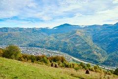 Paysage de village de pays de montagne avec les nuages et le ciel bleu Images stock