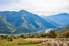 Paysage de village de pays de montagne avec les nuages et le ciel bleu Images libres de droits