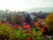 Paysage de village un jour lumineux d'automne avec des montagnes à l'arrière-plan Photographie stock
