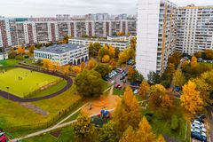 Paysage de ville avec l'école et le terrain de football en automne à Moscou, Russie photos libres de droits