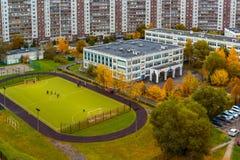 Paysage de ville avec l'école et le terrain de football en automne à Moscou, Russie photo libre de droits