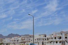 Paysage de ville avec de petits maisons, cottages et maisons urbaines carrés blancs sur la rue islamique musulmane arabe en Egypt images libres de droits