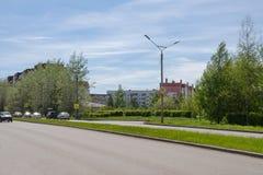 Paysage de ville avec une chaussée et des bâtiments résidentiels photos stock