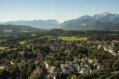 Paysage de ville de Salzbourg avec des montagnes Image stock