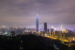 Paysage de ville de Taïpeh la nuit, Xiangshan rentré Photo stock