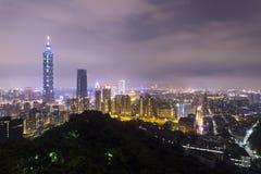 Paysage de ville de Taïpeh la nuit, Xiangshan rentré Images stock