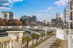 Paysage de ville du centre de Skopje, avec un des nouveaux ponts emblématiques au-dessus de la rivière de Vardar macedonia photo stock