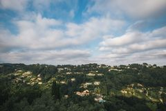 Paysage de ville et de ciel bleu en France, vue de St Paul de Vence images libres de droits