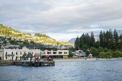 Paysage de ville et de port Nouvelle-Zélande rentré par pilier de la Reine Image stock