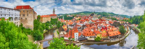 Paysage de ville, panorama, bannière - vue au-dessus de la partie historique Cesky Krumlov avec la rivière de Vltava dans l'heure image stock