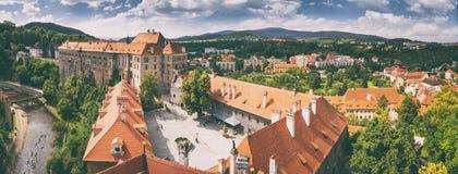 Paysage de ville, panorama, bannière - vue du château de Cesky Krumlov de cour dans l'heure d'été photos stock