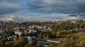 Paysage de ville, vue de montagne banque de vidéos