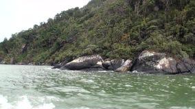Paysage de vue de panorama de montagne de bateau au Nouvelle-Zélande banque de vidéos