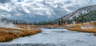 Paysage de Yellowstone avec des geisers tout autour photographie stock