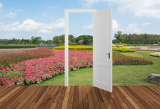 Paysage derrière la porte d'ouverture, 3D Photographie stock