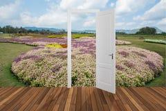 Paysage derrière la porte d'ouverture, 3D Photo libre de droits