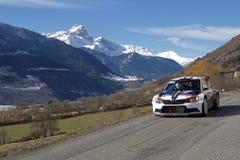 Paysage des Alpes et de la voiture de course Images stock