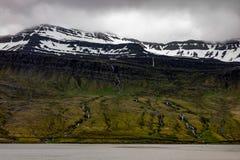 Paysage des collines avec beaucoup de petites cascades en Islande photo libre de droits
