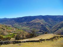 Paysage des complots et des champs autour des montagnes images stock
