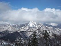 Paysage des dessus de neige et de nuage des montagnes Images libres de droits